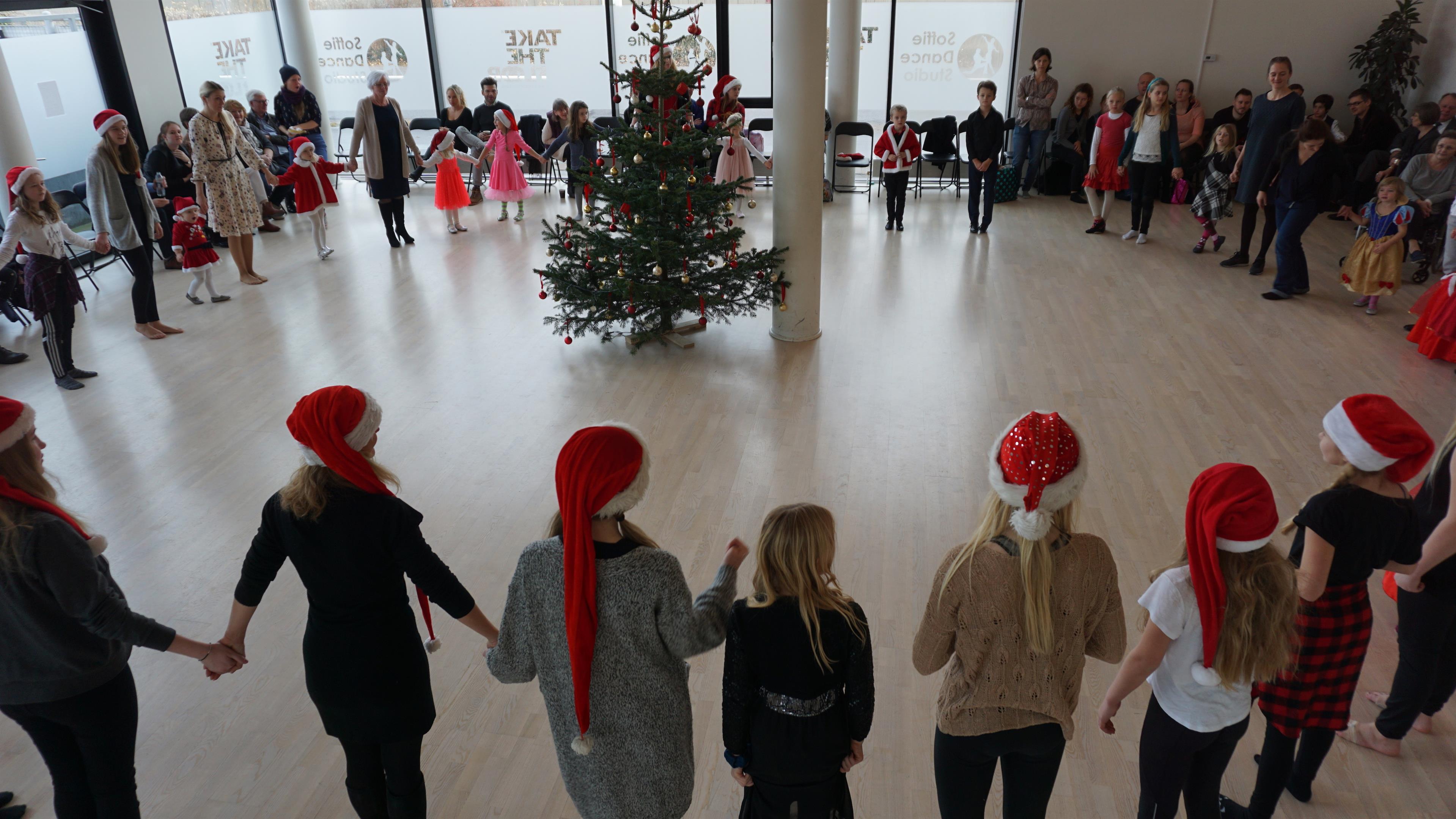 Mange af Soffie Dance Studio's glade danse elever klar til at danse om juletræet