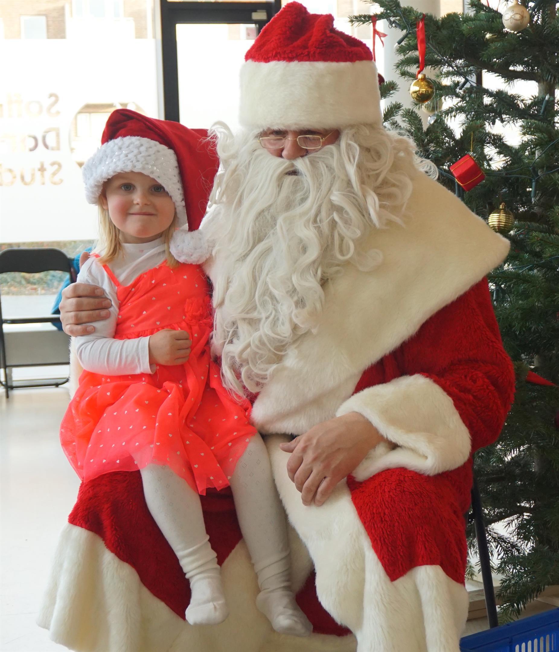 Julemanden kom også for Juleballet 2016 og delte godteposer ud til at de søde små dansebørn