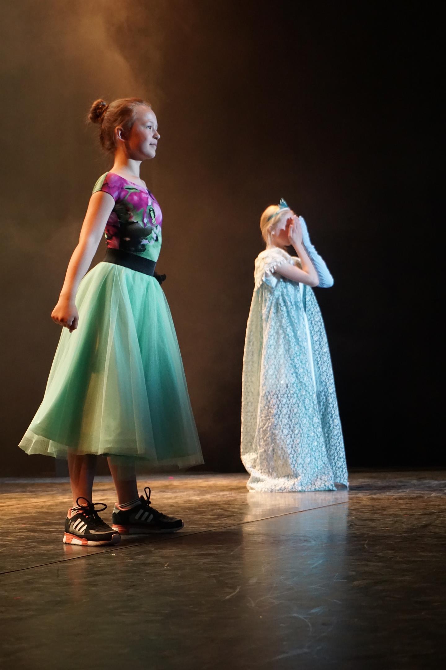 """Lykke og Caroline i """"Frost"""" Musical"""