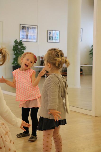 To små søde piger danser en lille børnedans hos Soffie Dance Studio