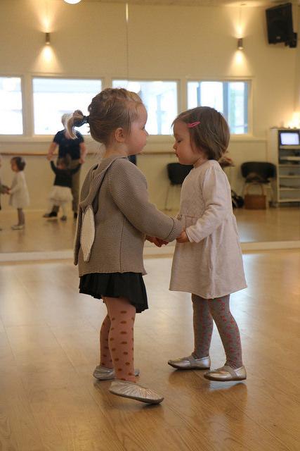 To små søde piger som danse polka hos Soffie Dance Studio