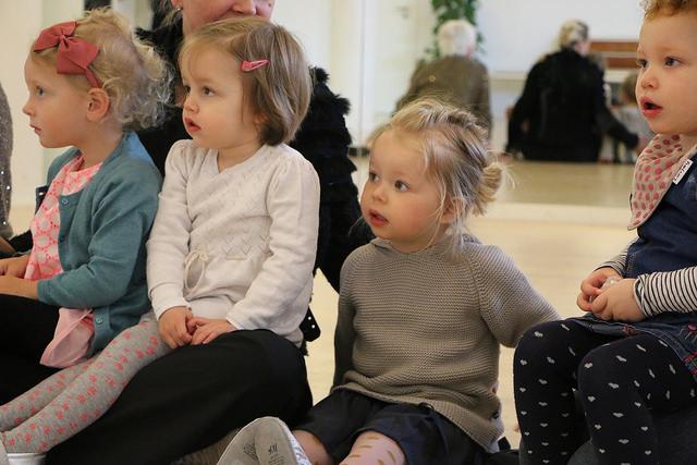 Flere små piger som lytter spændt til hvad Soffie Dalsgaard siger.