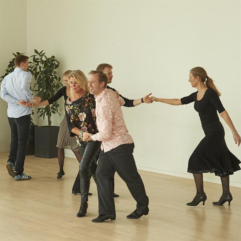 fantastiske unge mennesker danser pardans